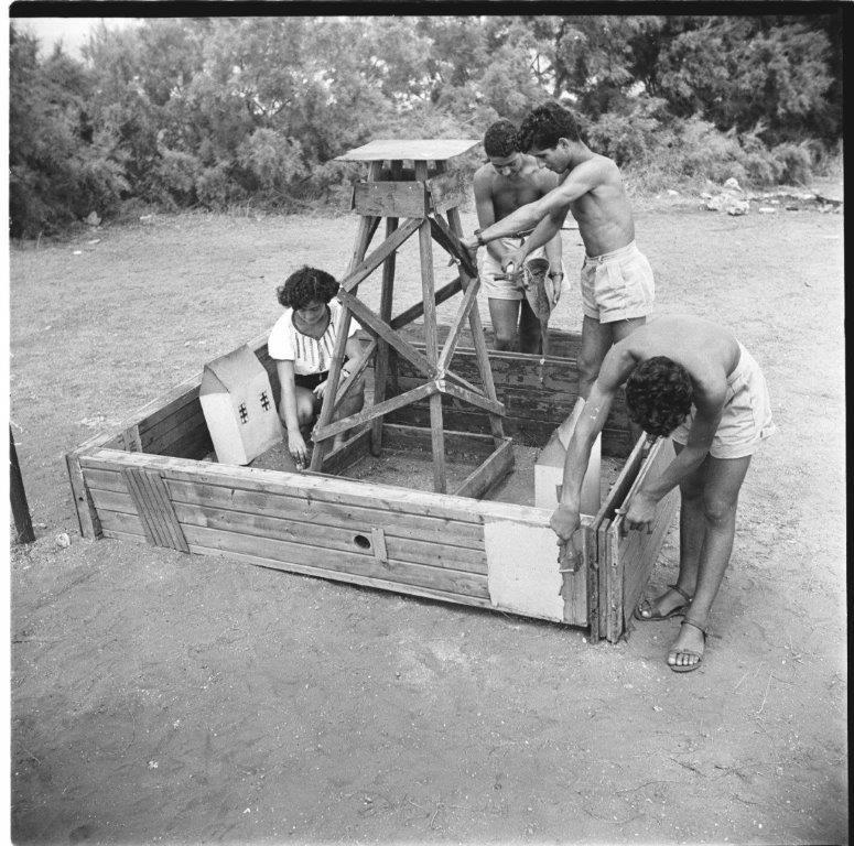 ילדים בונים דגם חומה ומגדל, עליית הנוער נתניה, 1953