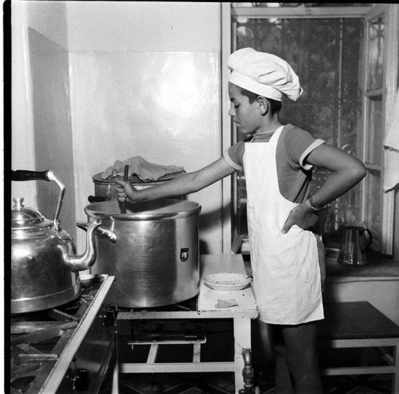 ילד בבית ספר הכרמלי לומד טבחות 1956