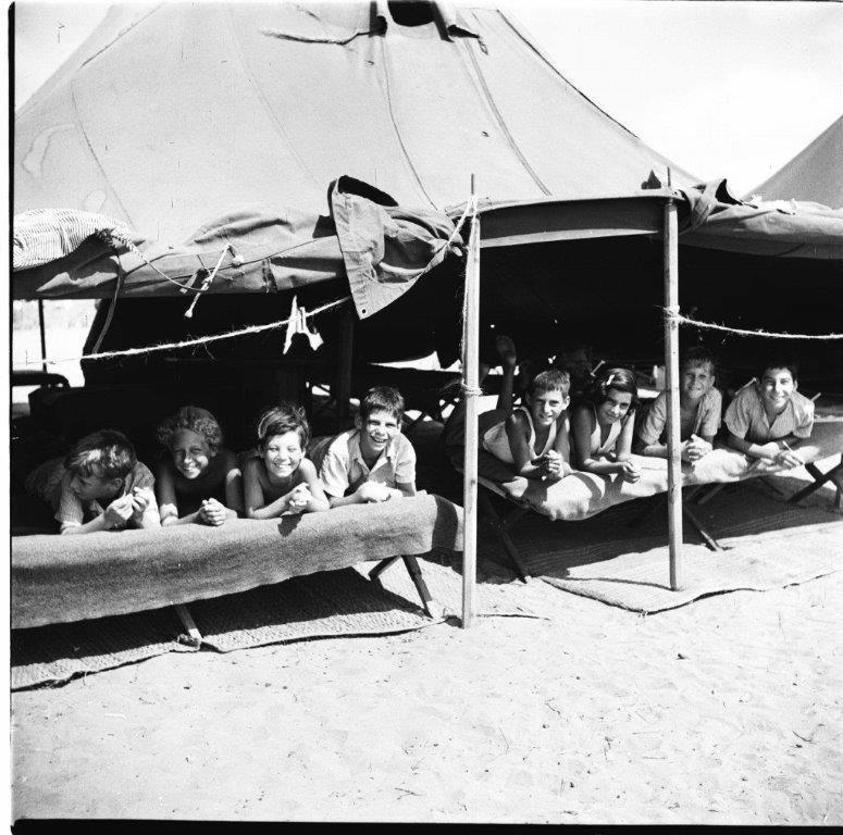 נופש לילדי המעברות בכפר ויתקין 1953