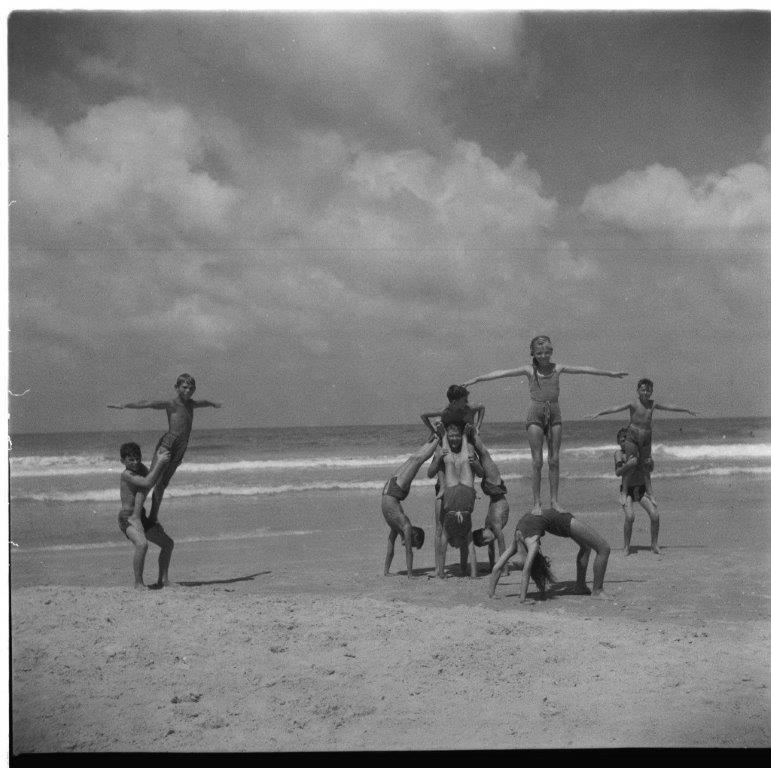 על חוף הים קייטנה במשמר השרון 1954