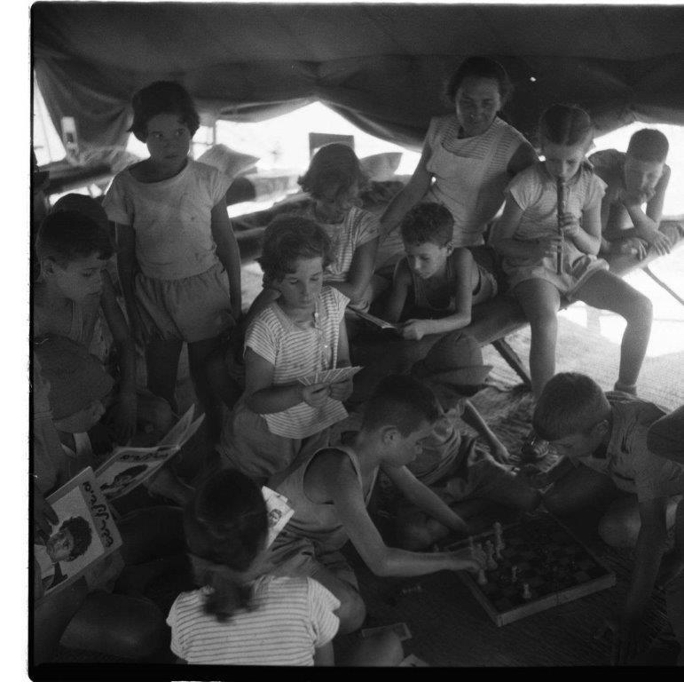 שעת מנוחה בקייטנה משמר השרון 1954