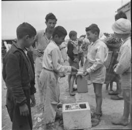 ילד מוכר גלידה במעברת תלפיות ירושלים 1954