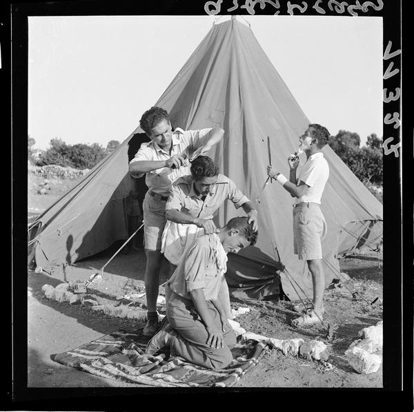 פועלים ליד האוהל בתספורת, מחנה פועלים ליד זכרון יעקב, 1939