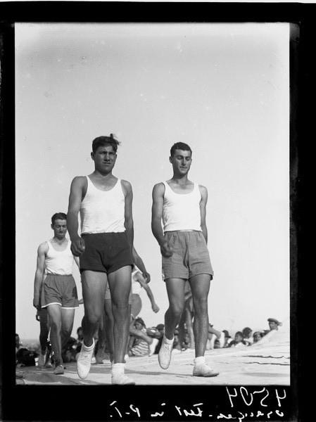 1308772 חגיגת סיום קטיף ההדרים בפתח תקווה בני המושבה צועדים בתהלוכה 1936