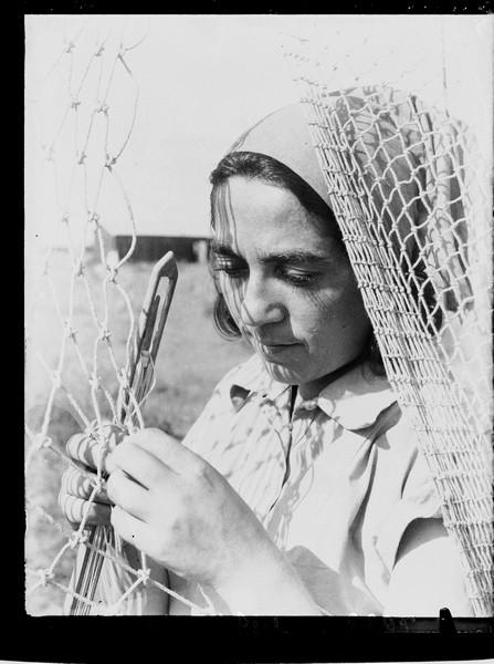 1313899 חברת הקיבוץ טווה רשת דייג, שדות ים, 1937