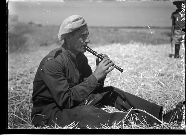 1342848 פועל תימני יושב ומנגן בחליל, מושב אלישיב, 1939
