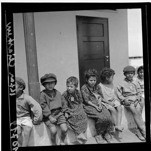 1342964 ילדים יושבים על הגדר, מושב אלישיב, 1939