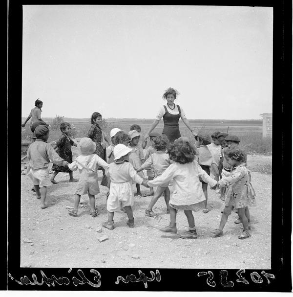 1342981 ילדים רוקדים במעגל, מושב אלישיב, 1939