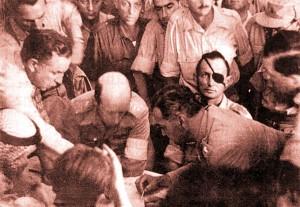 שה דיין ,עבדאללה א-תל ועוזריהם בעת חתימתם על הסכם הפסקת האש בירושלים, 30.11.1948, מתוך 'ויקישיתוף' (התצלום עובד לקובץ על-ידי תמר הירדני)