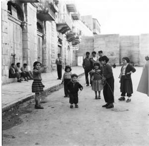 צילומי רגע - חיים על הגבול, רחוב ממילא ירושלים, 1955