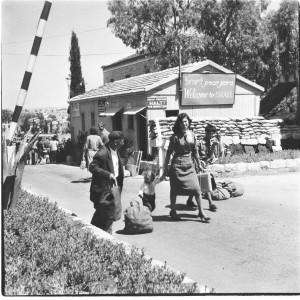 ליד צריף המכס - ברוכים הבאים, מעבר מנדלבאום, ירושלים, 1958