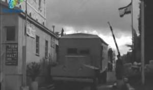 שיירה בדרך להר הצופים יוצאת עוברת בדיקות בשער מנדלבאום, 1958