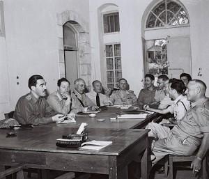 קצינים ישראלים וירדנים במפגש ליד שער מנדלבאום יחד עם נציג האום, 8.6.1953, הצלם - טדי בראונר, לעמ