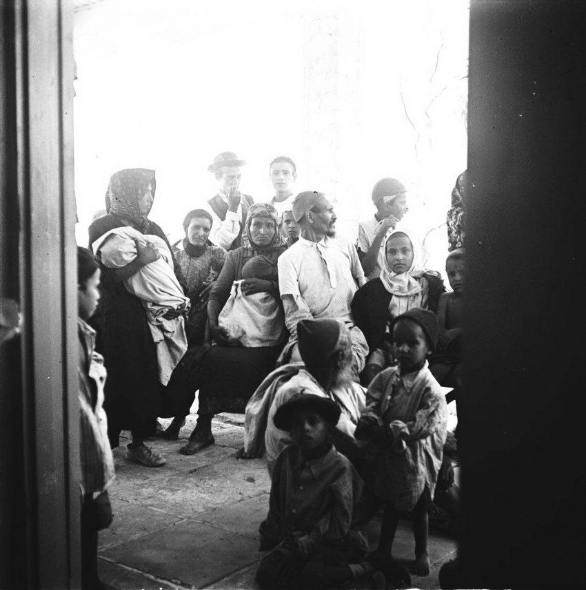 משפחות עולים חדשים מתימן על נשיהם וטפיהם לבושים בבגדים מסורתיים ברגע עלייתם לארץ, מעברת ראש העין